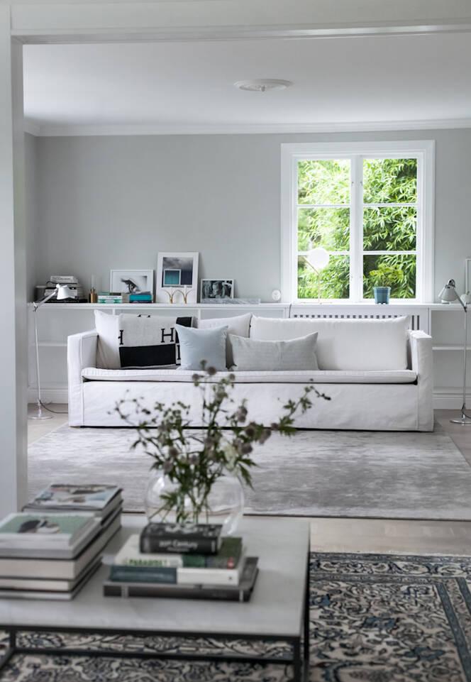 Hvitt avlangt nain - teppe i en stue.