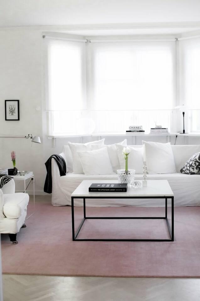 Hvidt aflangt handloom fringes - tæppe  i en stue.