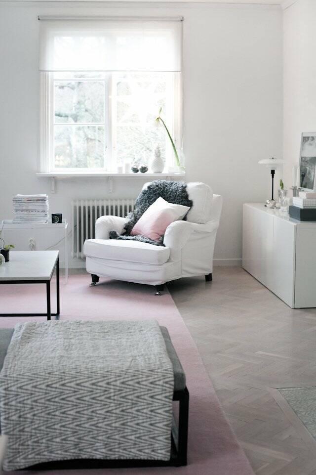 Hvitt avlangt handloom fringes - teppe i en stue.