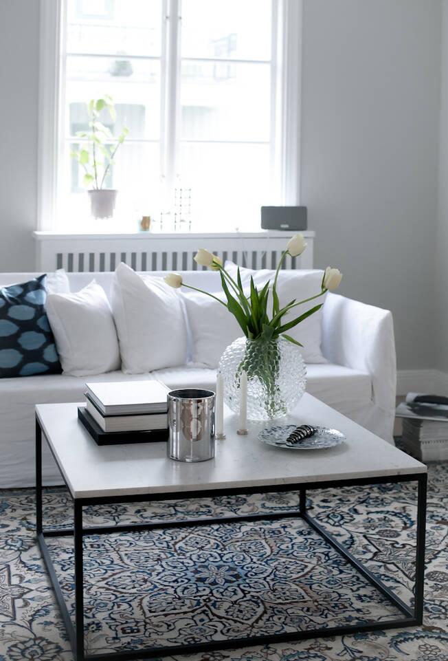 Valkoinen pitkulainen nain - matto olohuone.
