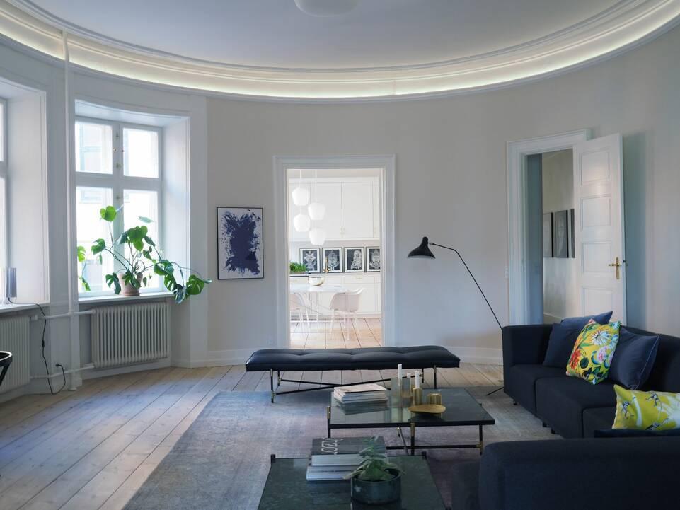 Alfombra colored vintage negra / gris alargada en salón.