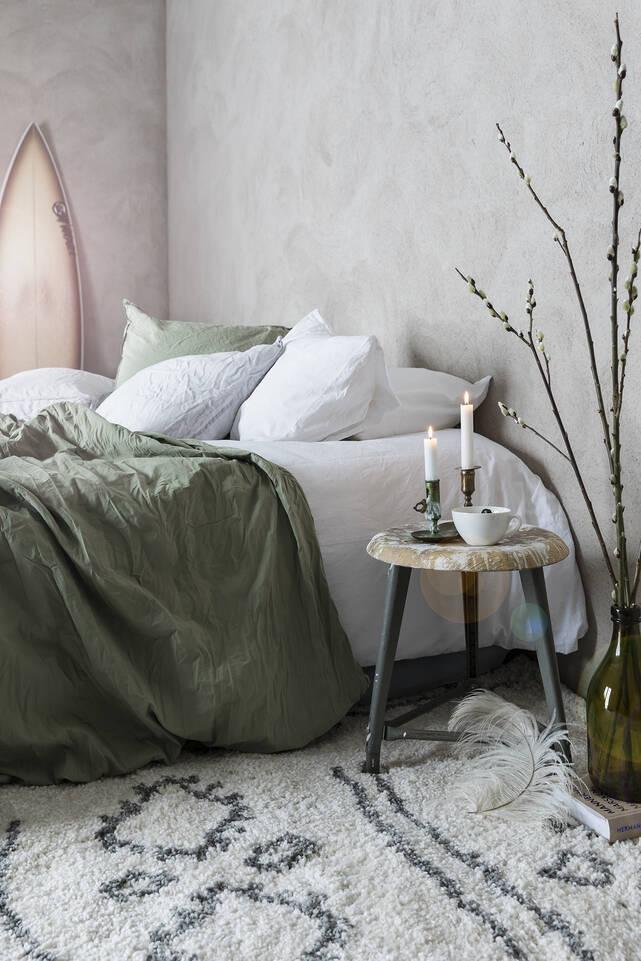 Biały,  dywan shaggy piramit 2.8 kg w sypialnia.