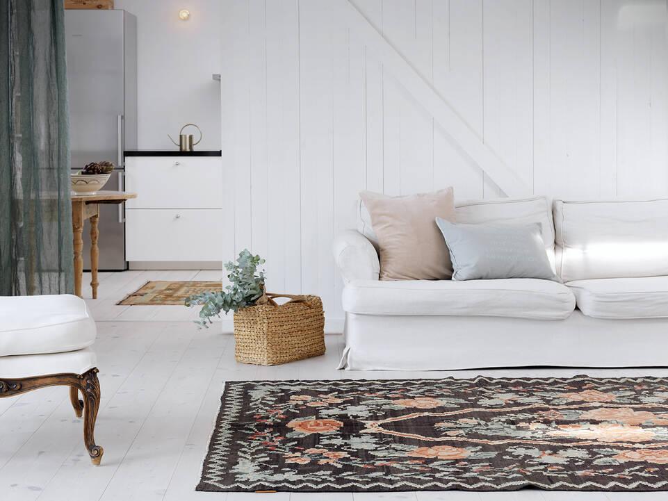 Brunt / gul  rose kelim moldavia - tæppe  i en stue.