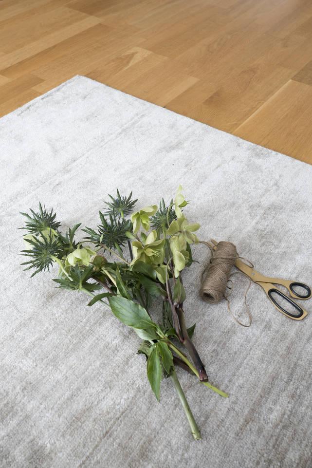 Svart / grått  bamboo silke handloom - teppe i en stue.