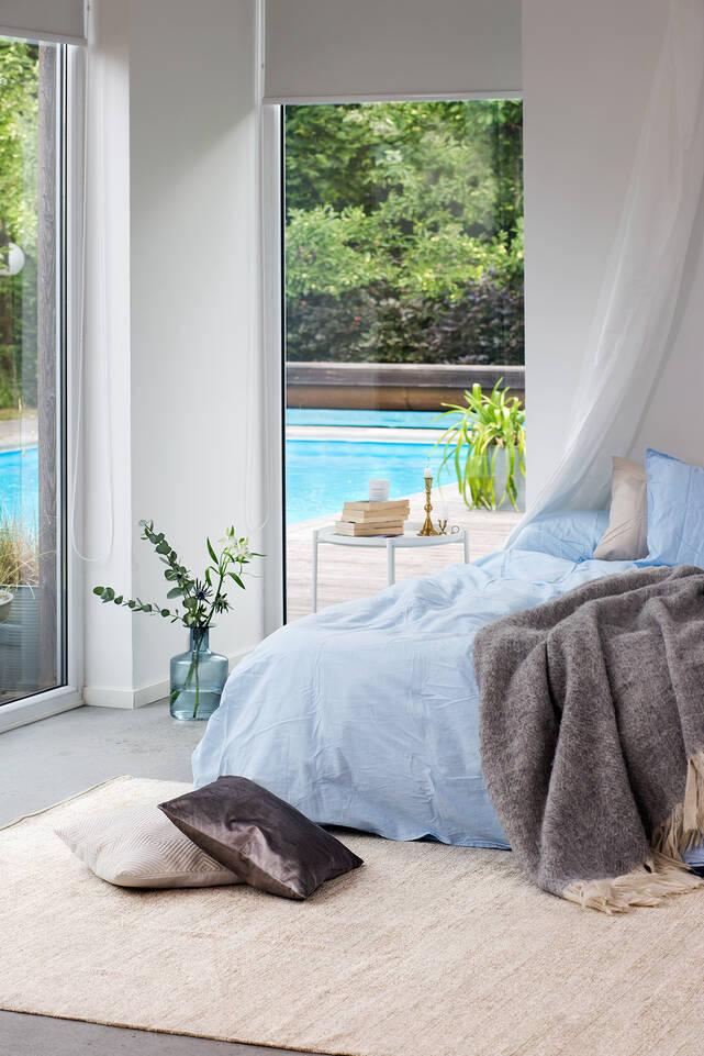 Tapete kilim chenilha  em branco, numa quarto de dormir.