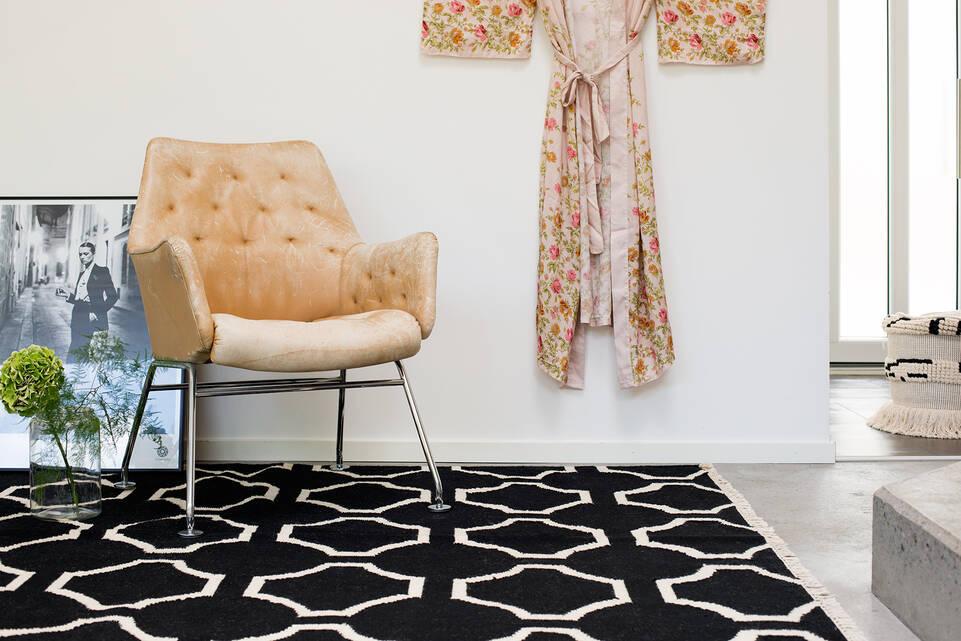 Alfombra kilim moderno negra / gris  en pasillo.