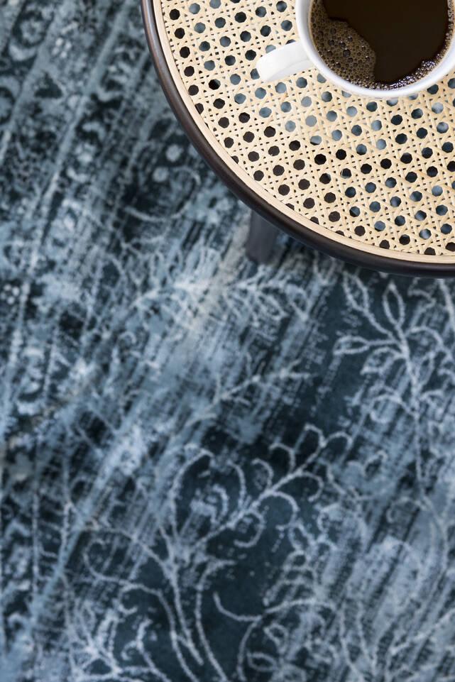 Niebieski, okrągły dywan a-w aqua home jasny 500000 w strefa posiłków.