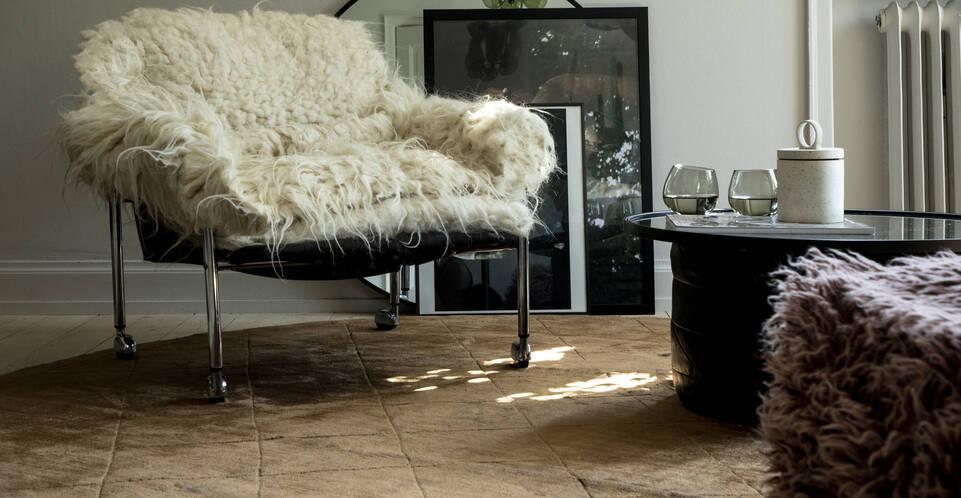 Ruskea / keltainen pyöreä viskoosi moderni - matto lukunurkkaus.