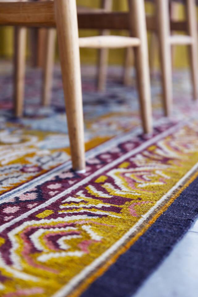 Brun / gul  rosekelim moldavia - teppe i en spisekrok.