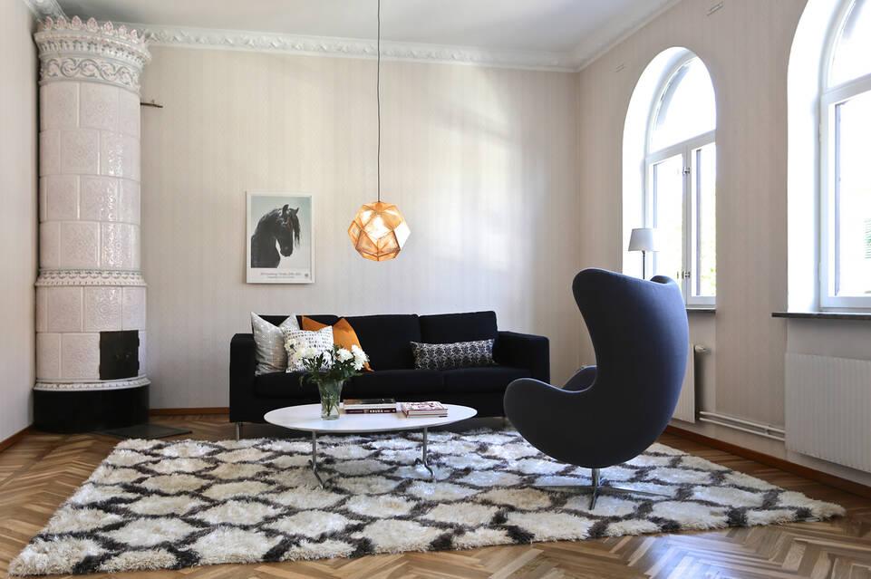 Hvitt  berber shaggy venesia - teppe i en stue.