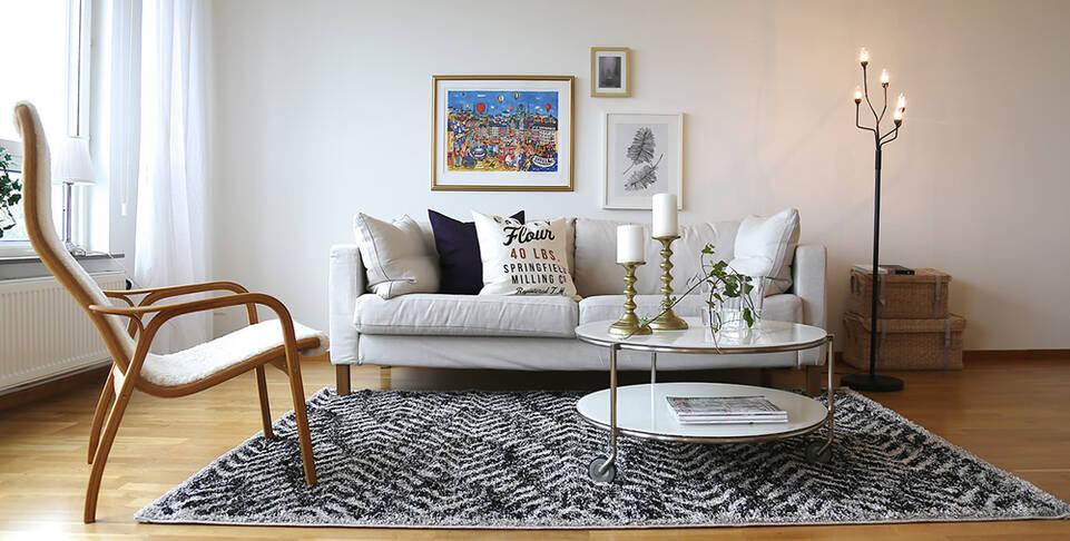 Svart / grått  shaggy - teppe i en stue.