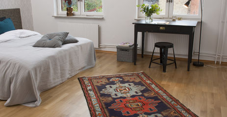 Black / grey  hamadan -  Carpet in a bedroom.